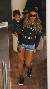 2-Beyonce-and-Blue-Ivy-storming-through-the-airport-600x1061